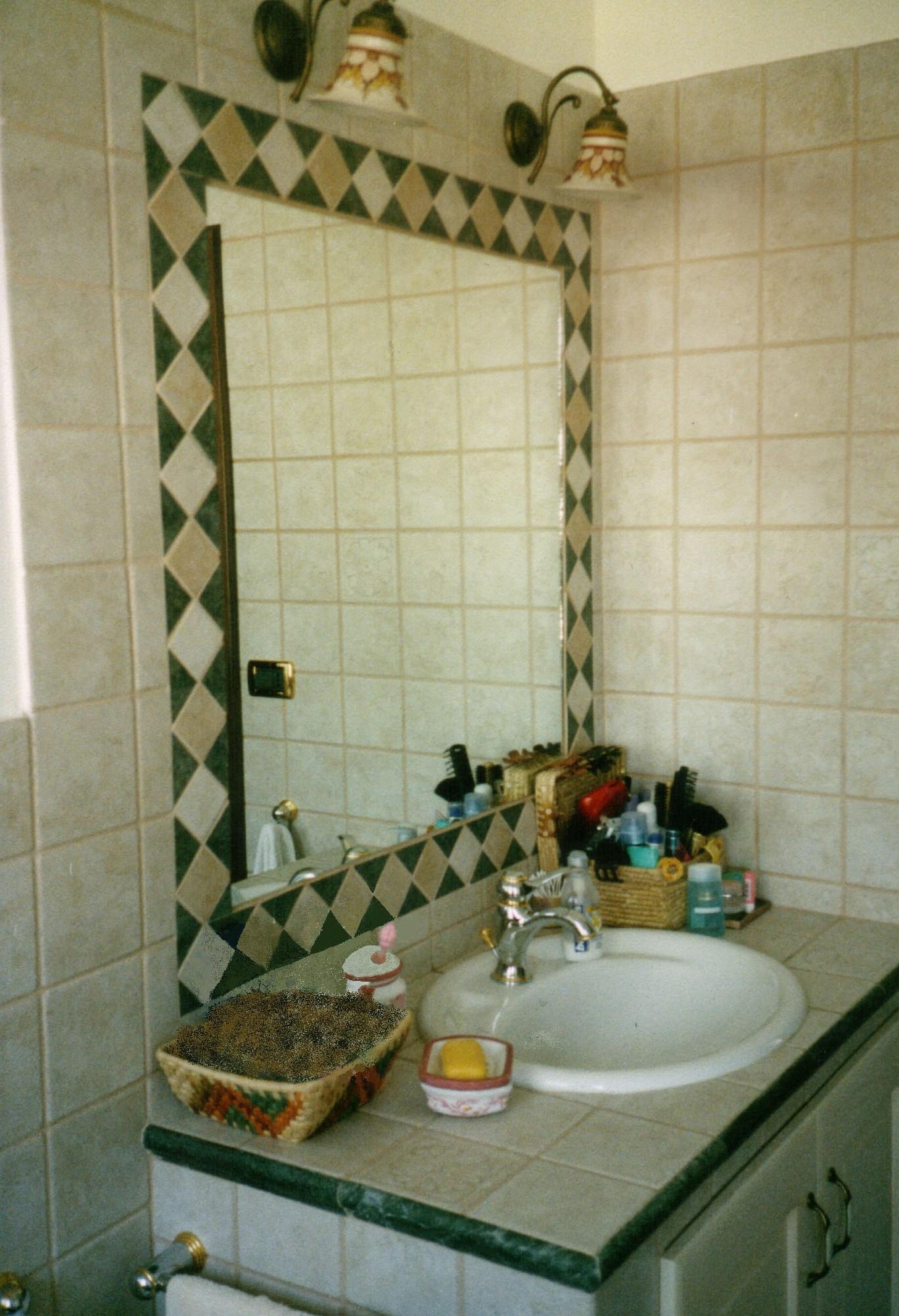 Specchio bagno incassato nelle piastrelle jj98 - Specchio in bagno ...